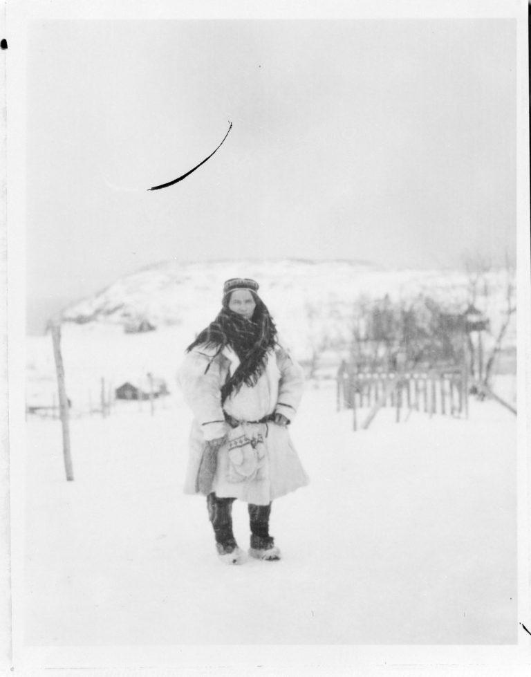 Samisk kvinne på vårmarkedet i Bossekop. Bildet er levert av Verdensarvsenter for bergkunst - Alta museum. Fotograf: Ukjent