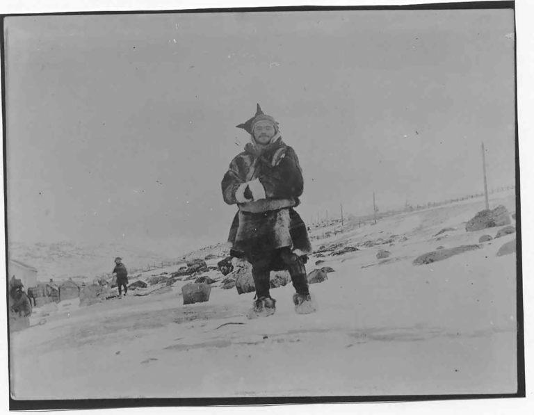 Tre samiske menn på Bossekopmarkedet. Bildet er levert av Verdensarvsenter for bergkunst - Alta Museum. Fotograf: Olmar Egenæs